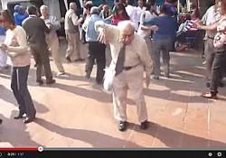 Spontaniczny taniec staruszka